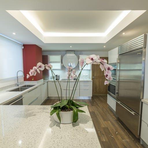 Chic white Kitchen