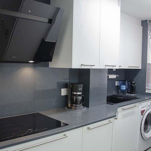 Una cocina muy ordenada, limpia y práctica