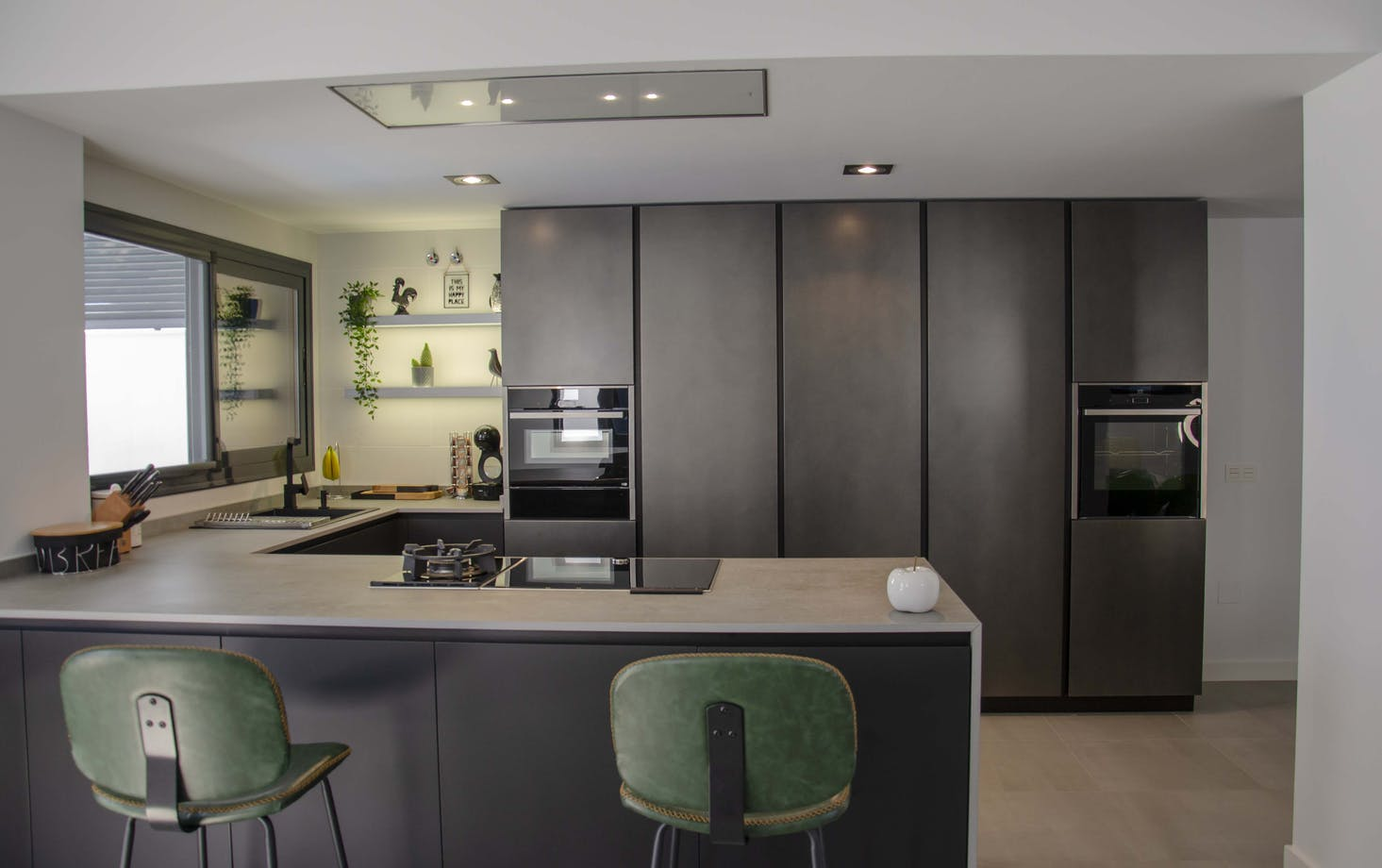 Tendencias: Metalizados y negro mate en la cocina