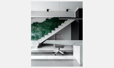 Showroom Capital - escada e mesa
