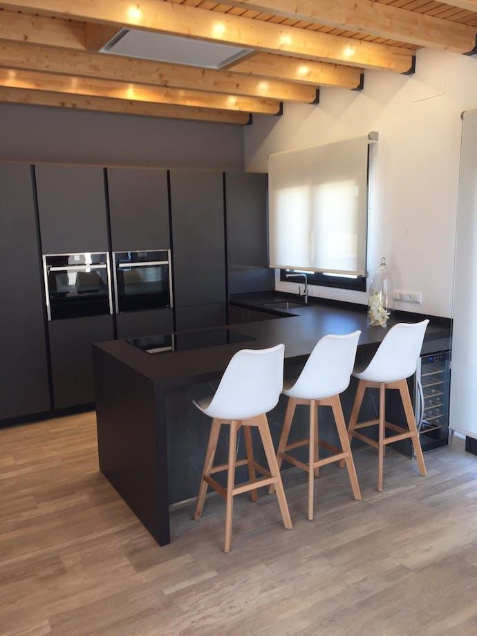 Cocina completa integrada a salón en MOJÁCAR