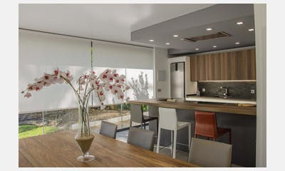 Una cocina en el jardín: diferentes ambientes integrados
