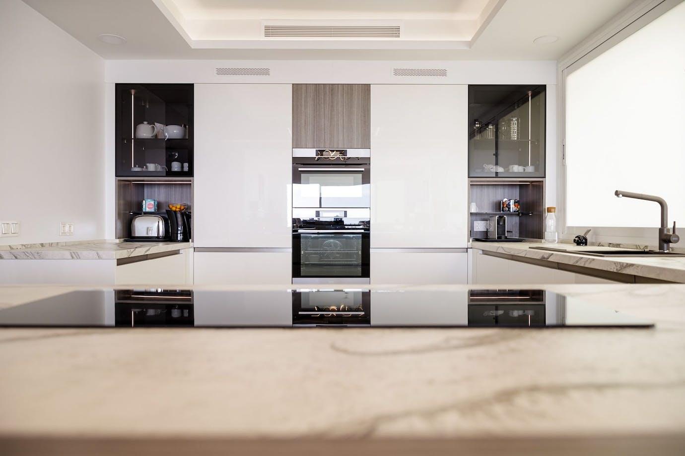 Cocina moderna con encimera Dekton Liquid Sky