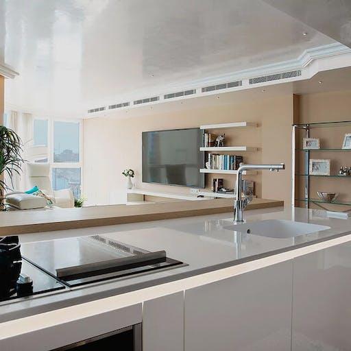 Lujosa cocina blanco brillo con vistas al Muelle Uno