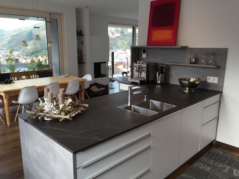 Moderne Küche mit Dekton-Arbeitsplatte im Farbton