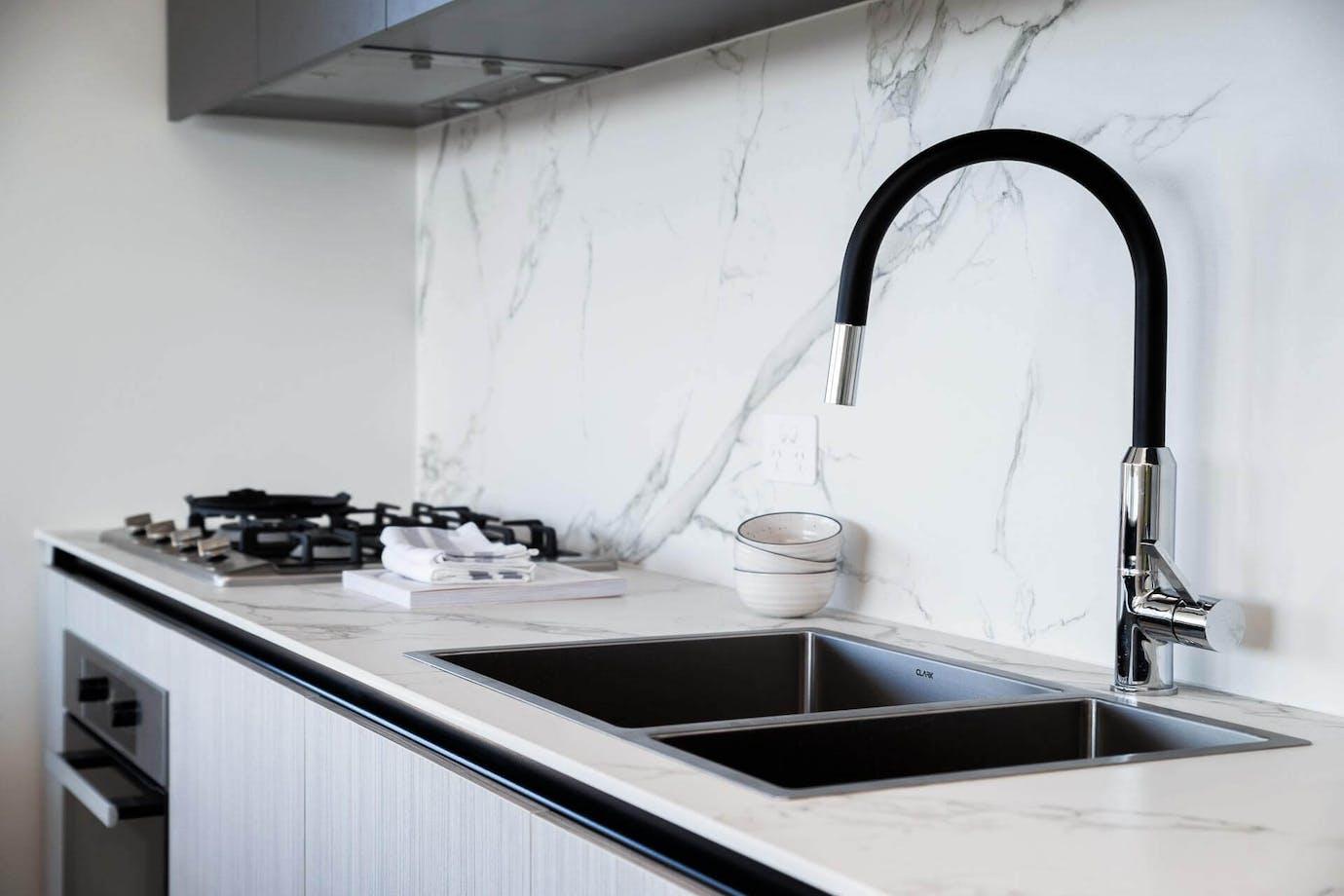 Mármol Carrara blanco con grifería negra