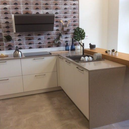 Ausstellungsküche mit Holztresen und Silestone Arbeitsplatte